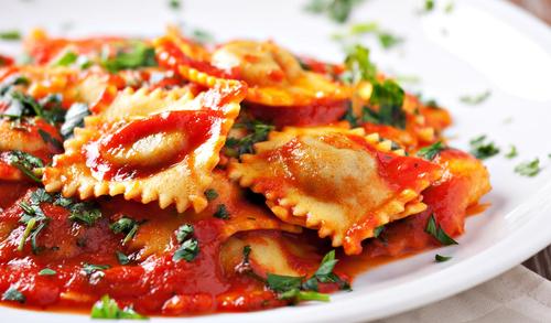 Ravioli mit Tomatensoße und Kräutern Estragon ©123rf.com