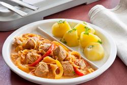 Szegediner Gulasch (Schweinefleisch, Paprika, Sauerkraut) mit Salzkartoffeln