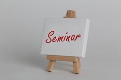 Leinwand auf der Seminare geschrieben steht