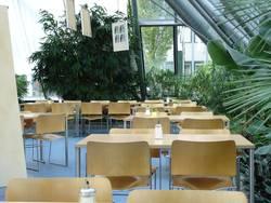 Tische in einem Betriebsrestaurant